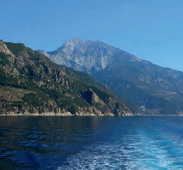 Athos topp reser sig över Egeiska havet
