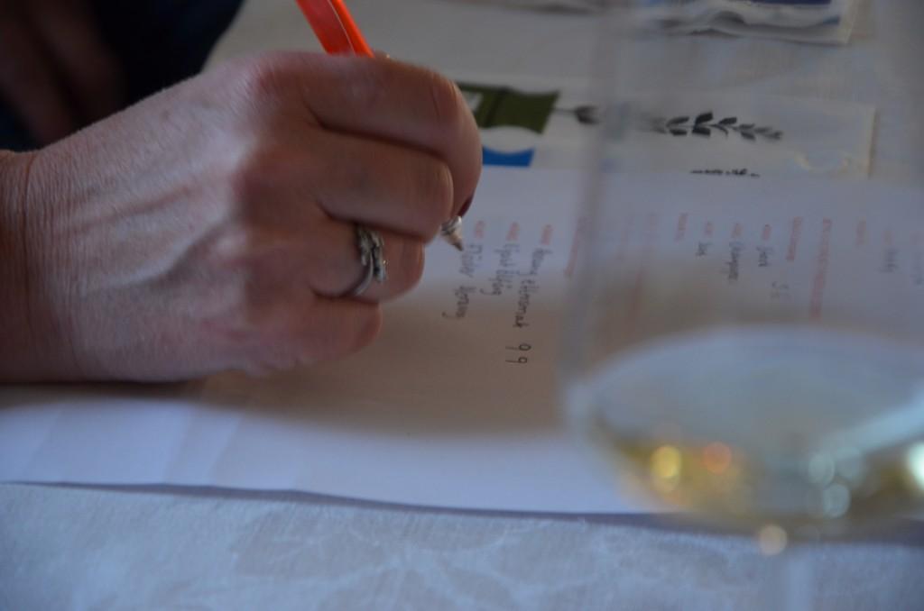 foodpassion.se provar vin och noterar intrycken. Bild från foodpassion.se