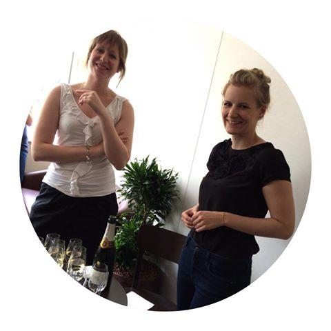 Christelle och Jeniffer firar att vi har gått online med den nya butiken