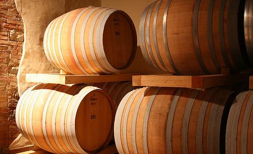 Viner lagras här på barrique.