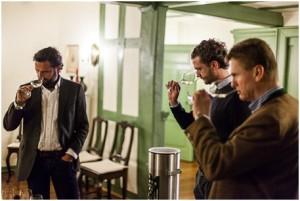 03 Wilhelm Weil Vordergrund wählt mit Einkäufer Tobias Leimgruber und Geschäftsführer Nikolas von Haugwitz die Weine für den aktuellen Gutswein aus. Foto Martin Graetz 300x201
