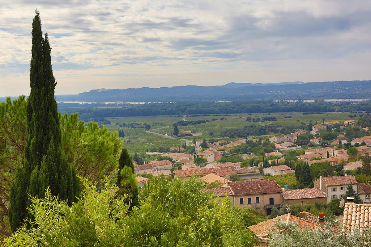 Utsikt från en höjd över Châteauneuf-du-Pape och de intilliggande vinbergen.  ©istock.com
