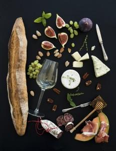 Vin och tilltugg, ost, fikon, korv samt baguette. ©foxy_forest_manufacture by iStock