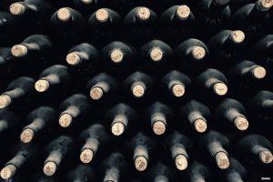 Staplade vinflaskor